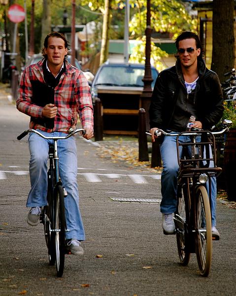 荷蘭學生型男騎單車