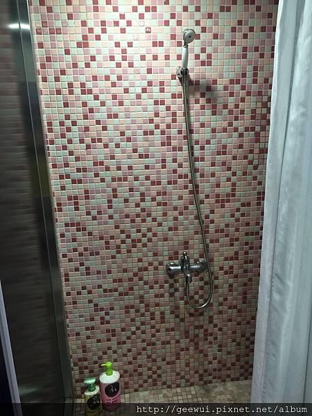 艾米旅店(I'm Inn Taipei) 台北背包客棧住宿心得~床很舒服、有提供盥洗用品(浴巾、拖鞋、洗髮乳、沐浴乳、牙刷、牙膏)、有提供瓶裝水,但近風化區,可接受的,再考慮入住吧。 攝影