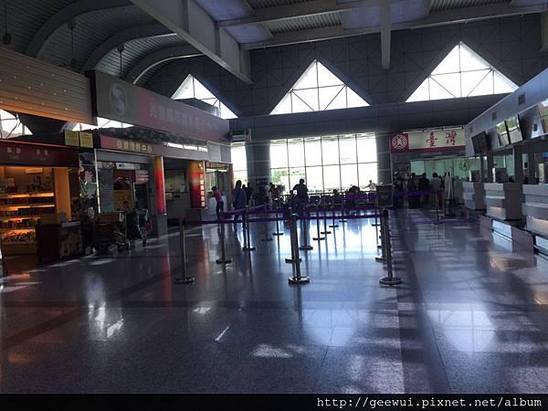 在高雄小港國際機場的新東陽可以買變壓器跟轉接頭!要出國前忘了帶的解決方案!會比較貴一點! 攝影