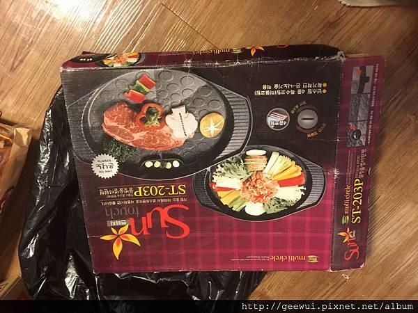 我真的把韓國的韓式烤盤帶回家了!!!這是在釜山的傳統市場買的!不僅可以濾油,而且非常好清理,現在登革熱疫情嚴重,人心惶惶,買了這廚具,讓我室內烤肉更為方便了!!! 攝影