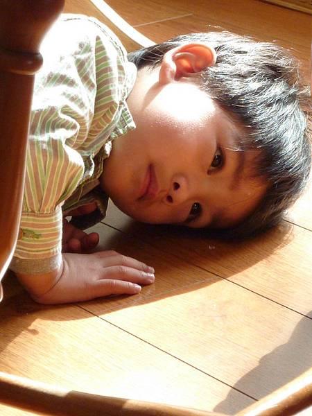 趴地板上不知在想什麼.JPG