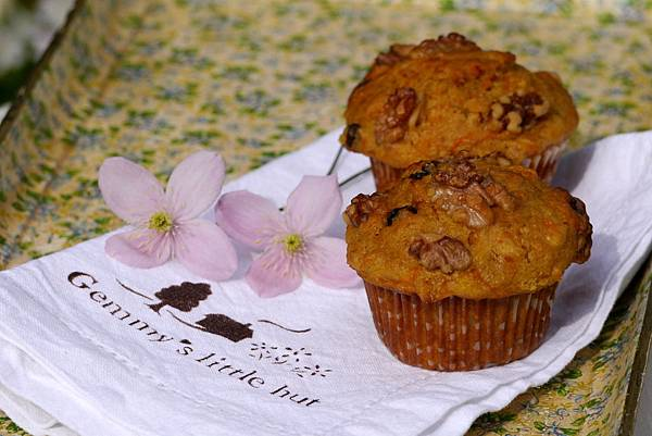 carrot and apricot muffins 083