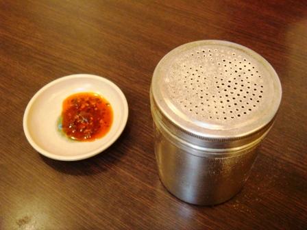 辣油和胡椒罐