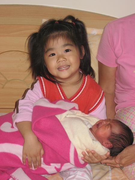 小小姐姐第一次抱妹妹哦!