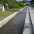 公園有小小淺淺的水道,小孩可以玩水