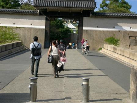 我、我終於走到大阪城門口了