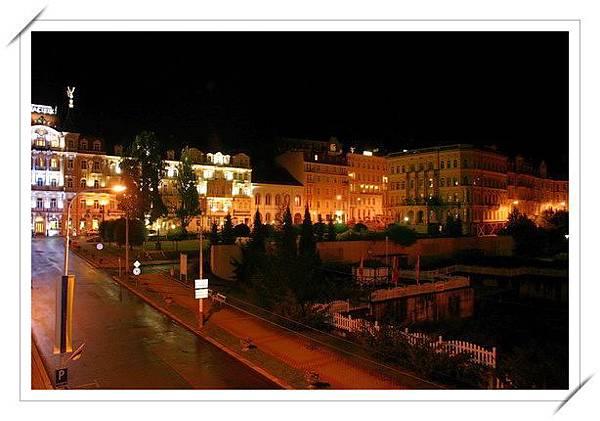 卡羅維瓦利夜景.jpg