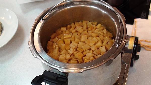 利用ARMADA新白金快易鍋燉豬腱並將馬鈴薯蒸熟