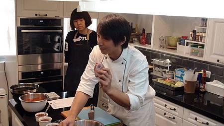 王安邦老師說明今天得食材並教大家肉類及海鮮的保存