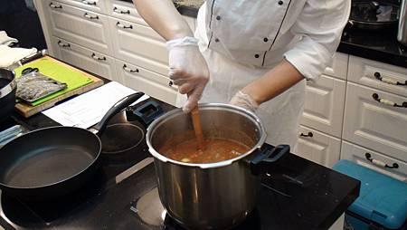 用ARMADA快易鍋燉煮預煎過的豬頰肉