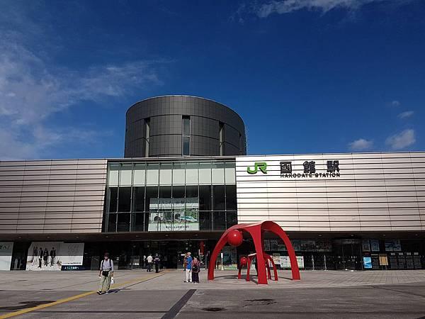 函館駅前一半漆黑.jpg
