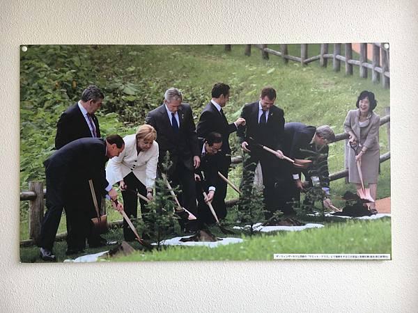 G8首腦挖土照.jpg