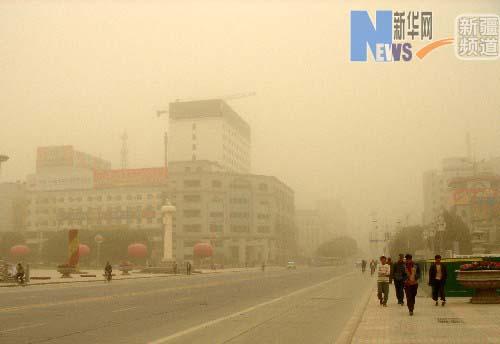 新疆喀什出现沙尘天气