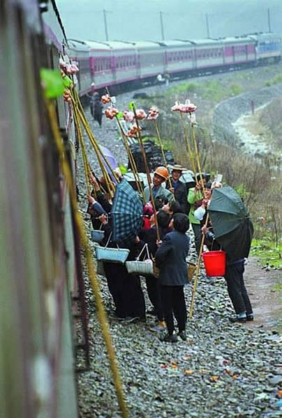 小販向鐵路乘客兜售食品