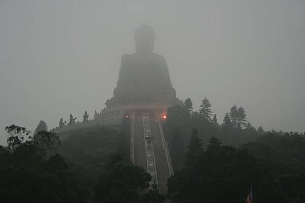 霧中的天壇大佛