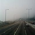 回家喔... 剛才我跑過的公路被霧罩住了!!