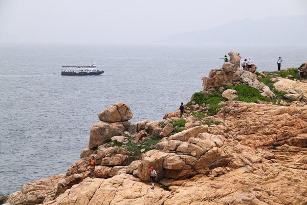 橫瀾島 - 右邊有人爬的是鷂婆石