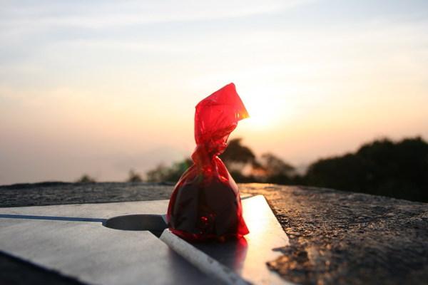 在夕陽下的櫻桃酒心巧克力