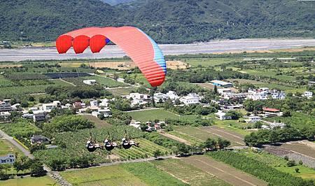 台東鹿野高台 飛行傘表演