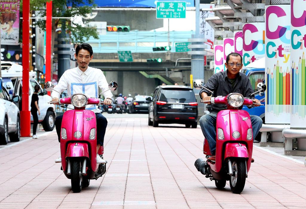 《大佛普拉斯》演員陳竹昇、莊益增騎粉紅色歐兜拜.jpg