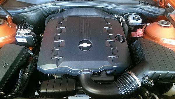 卡麥羅肌肉男孩的心臟 3564c.c. V型6汽缸 雙凸輪軸 自然進氣引擎 搭配6速手自排變速箱  馬力304ps/扭力37.7kgm 動力隨傳隨到 聲浪渾厚兇猛!