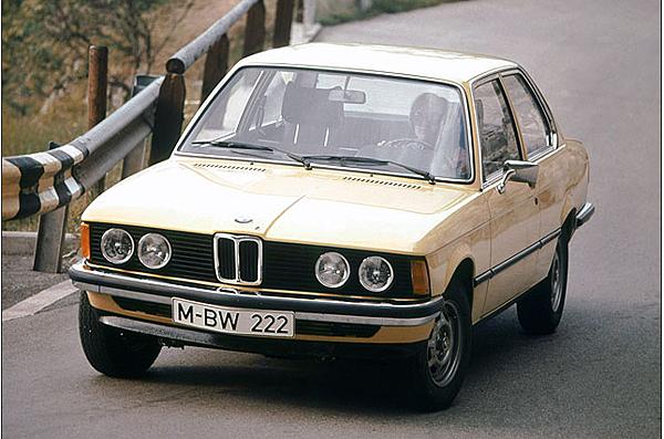 講到BMW 3 Series 的歷史就要回到1970年代,發明汽車以來,高性能轎車有多大的變化呢?  大空間.車型外觀夠帥氣和霸氣.馬力當然也不能輸人,然而隨著戰後社會環境的改變,嬰兒潮世代對於產品的認知與需求有了新的變化,個人化、個性化的需求逐漸提高。抓緊這個趨勢的BMW,1960年代推出New Class全新產品時,便以02系列的產品,滿足這需求,並在1970年便開始著手研究後繼的產品。而石油危機的發生,更加強了市場對於小型化產品的興趣,就在1975年,原廠代號E21、車長僅4,355mm的全新BMW 3 Series正式降臨。  1.BMW在1975年推出了原廠代號E21,強而有力的運動性能,表現都相當亮眼喔,於1981年達到100萬輛的銷售成績,成為BMW當時最具代表性的車款。