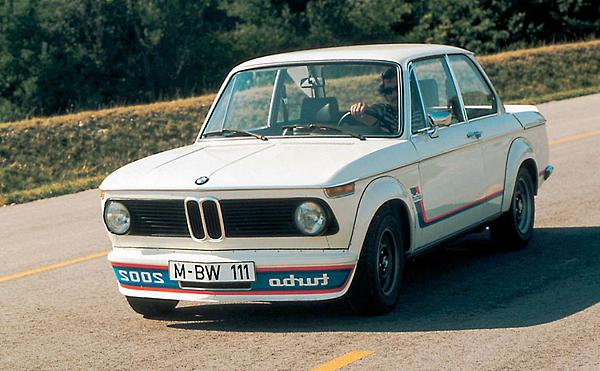 2. BMW 3 Series代號 E21並且於1981年下線停產,於1981年下線停產,當時為了接替前身BMW 2002的定位,只有推出雙門及敞篷兩種車型,並且在同級中率先使用了六缸的引擎設定,經典的鯊魚頭造型在後期出現了四圓燈的設計,自此奠下《BMW 3 Series》歷久不衰的家族特色。