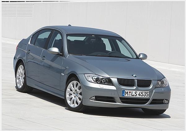 6.第五代3 Series,E90(2006~2012年),第五代 E90 以及現行款第六代 F30 3 Series 大家一定都相當熟悉,雖然對於新世代車型常有老車迷抱怨過往的硬派精神不再,傳承到第六代底盤平台已經從「E」進入「F」世代,正式代號為F30的《BMW 3 Series》,自此代開始便與「4 Series」雙門/敞篷車型正式分道揚鑣,只留下四門及五門旅行車型,並且在最近進行了小改款手術,換上重新設計的前後保險桿。