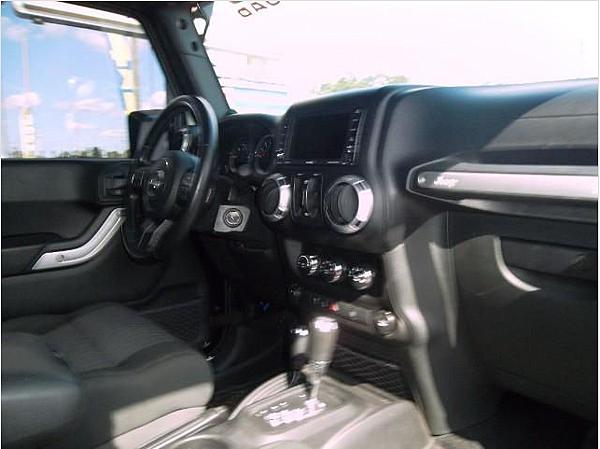 吉普車JEEP wrangler unlimited 舒適與肅靜性皆有所提升的座艙,擁有高級房車般的質感氛圍,不僅可選配中控台LCD液晶顯示幕,另外配合著多功能方向盤使用,駕駛可於盤幅上鍵入音響控制、電話接聽、定速巡航等功能。全新USB輸入介面,亦提供著Wrangler音響系統可讀取MP3格式音樂檔案。同時,車內隨處可見的六角型螺栓,更是毫無遺漏的保留呈現軍武氣息。