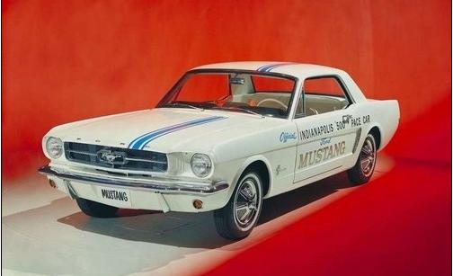 先介紹第一代福特野馬(1964-1973)  野馬的名稱正是為了紀念二戰中富有傳奇色彩的美軍P-51型Mustang戰鬥機,簡直就是經典呀!!  (身形緊湊、有著強烈的性能或是運動風格導向的車型),野馬的出現還給諸如通用雪佛蘭Camaro等一系列競爭對手車型帶來了不小的壓力。