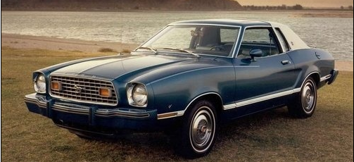 """福特野馬的引擎也發展到最大4.7L排量發展到最後的最大7.0L排量,這款剛推出的時候,在美國被搶瘋了! 但是隨著後面的石油危機,銷售量明顯下滑的很多,後面才改款比較小cc數的車款。  第二代福特野馬車型較小1973年的第一次石油能源危機卻使得計劃擱淺。於是一款體形更小、注重燃油經濟性以為了和其它廠牌競爭於是的""""Mustang II""""車誕生了。"""