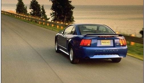 第四代福特野馬設計風格的誕生,對於野馬來說,這一風格同樣意味著更為清晰的輪或,更為有力的輪拱,以及用更為明晰硬朗的車身線條取代了之前車型上的柔線條設計。 引擎方面:3.8L V6到5.8L V8的多種配備選擇,在變速器方面與之搭配的則有五速/六速手動以及一款四速自動變速箱。而在款型方面,有基礎班以及馬力更為強勁的GT版、Cobra版以及一些特別限量版可供選擇。