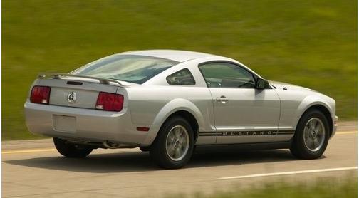 """第五代福特野馬(2005-至今2010年型時進行了改款,不過仍是基於福特D2C平臺,並由位於密歇根州弗拉特羅克的工廠生產制造。到了2011年,福特又對野馬進行了發動機升級。  設計理念就是""""復古和未來"""",福特所要打造的新車將是""""更快、更安全、更靈活也更好看"""