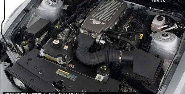 內飾設計上的福特野馬第五代使用了大量的皮革精心縫製,並配以鋁製飾板裝飾,可以說相比第四代車型質感和豪華程度提升了不止一個檔次。配置上這一代也是空前的豐富!!