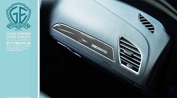 奧迪RS4五門旅行車大量採用了碳纖維飾版來妝點車內,雙前座則換上包覆性及支撐性更好的跑車座椅,還用Alcantara皮革包覆,維持Audi車系貫有的豪華氛圍。此外,平底式方向盤、防滑金屬踏板,以及附有單圈計時器、機油溫度錶的MMI多媒體操作介面,都是RS4 Avant所擁有的性能化配備。