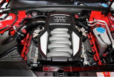 Audi S5的引擎是搭配經典自然進氣V8引擎,這跟Audi 小R8是同一顆引擎喔!!!