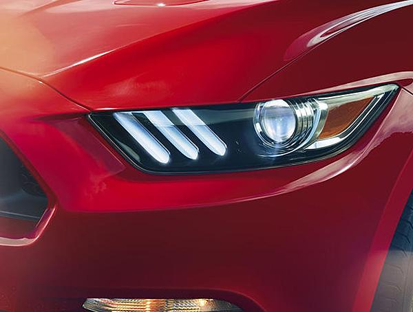 這一代的野馬其降低了車身高度,配合加大的輪距設計,形塑貼地前行的動感模樣。刻意營造的嗜路車頭,在前氣壩與水箱護欄的配合下,開放且立體。加上傾斜角度更低的前後擋風玻璃,打造流暢的Fastback車身線條。特殊的車尾轉向燈組,則以新穎的順序閃動方式,視覺上更醒目更有科技感。