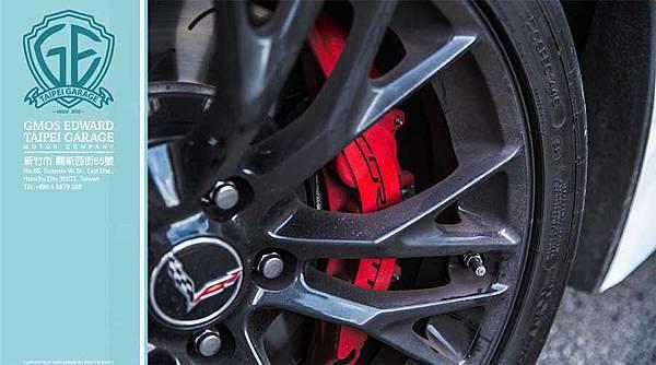 加裝了 Brembo碳纖陶瓷碟煞盤、以及 Michelin Pilot Super Sport Cup高性能跑車胎。