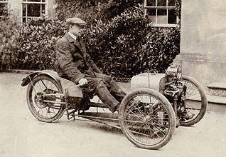 摩根汽車 Morgan小小歷史分享  摩根汽車 Morgag先以三輪汽車為出發點,並在友人的協助下於1909年打造出第一輛原形車款:一輛搭載Peugeot機車V型雙缸引擎的三輪車款,雖然僅只有7匹馬力,然而僅80公斤的車重卻帶來靈活輕快的操控表現;只不過當時這輛原型車多為他自己使用,到了1910年才開始推出改良後的量產車款。到了1936年,Morgan正式推出首款四輪汽車-Morgan 4/4,隨後,Morgan不斷投入研發,以更先進的現代的科技與安水準,打造出Plus 4、Plus 8等車型,此外,擁有古典優雅外型與出色性能表現的Classic車系!!  摩根汽車 Morgan開創了百年經典手工藝的經典