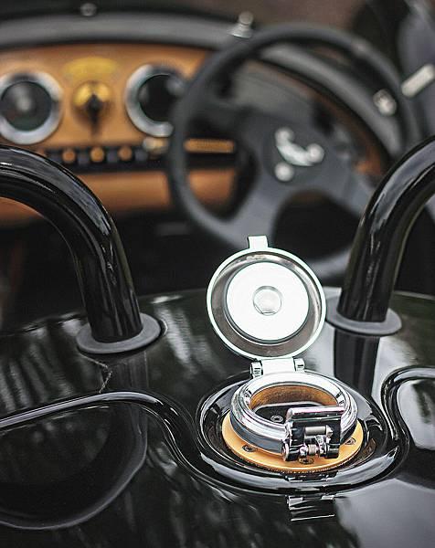摩根汽車 Morgan跨界合作,是與自身同樣於1909年創立的百年老店「Selfridges百貨」,將推出僅限量生產19輛的《UK1909 EV3》聯名限定版車型(電動車)  外觀方面基於EV3的基本架構並增添更具復古風格修飾,首先將遠近頭燈組整合至車頭中央,兩側燈組則加上護蓋,並增添前擋風玻璃的配置,同時原有的鋼絲輪圈也改為全輻鋼輪式樣,且車身多處細節也採用黃銅復古方式處理,座艙內則採用黑色菱格紋真皮進行鋪陳,輔以黃銅與原木等部件加以點綴,藉此呈現更為精緻且特別的風格。