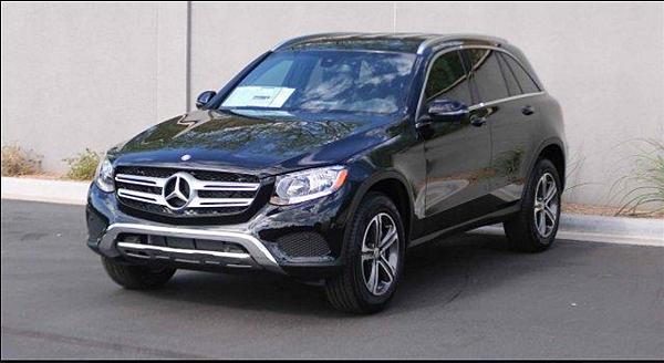 2016年賓士GLC小型跨界休旅車搭載了新世代的 Mercedes-Benz家族設計,長車頭短前懸設定、大型廠徽水箱護罩、LED照明燈、以及 off-road休旅車的前後保桿裝飾,外型與 GLK相比,顯得較為流線與柔和,少了方正的陽剛氣息。車身方面,GLC比 GLK長約120mm 、寬約50mm、以及高約7mm,而軸距也多了約116mm。  GLC的重