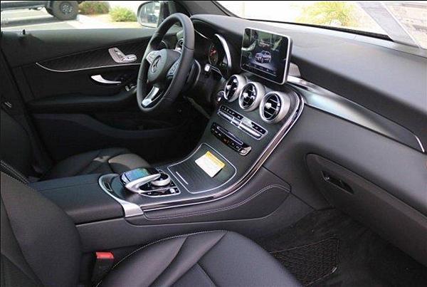 賓士GLC300照頂尖標準,打造更寬闊的座艙空間,整體內裝風貌、舒適性及便利性當然也是M-Benz錙銖必較的重點。如流水般平滑的儀表台及整合一體的寬大中控台,在木質飾板及ARTICO皮革/ 織布座椅的相左下,整體鋪陳豪華高雅。M-Benz常見的Command旋鈕,以智慧型手機做發想,也在New GLC改為更具人體工學的柄把設計,兼具觸控功能,可藉迷你鍵盤輸入數字、字母,或是手寫輸入特殊字體,進一步在7/8.4吋的多媒體顯示螢幕上下達指令。