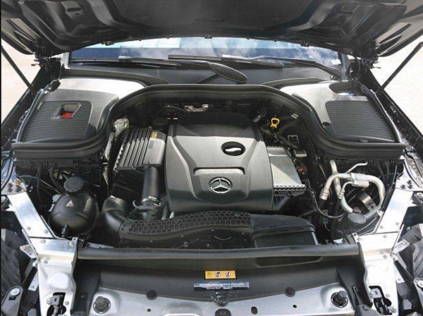 賓士GLC300的引擎是採用速自動變速箱是全新梅賽德斯-賓士GLC SUV上的一大亮點,最大齒比範圍9.15讓換擋的過程特別平順,基本上感覺不到各檔位之間的切換。當車速達到100km/h的時候全新梅賽德斯-賓士GLC SUV就可以順利升至9擋,此時的發動機轉速只有1500轉。很好地保證了燃油經濟性。而且這台變速箱還可以做到跳躍式升降檔,急加速時這台9速變速箱將會迅速從9擋快速降至5擋,以提高發動機的轉速,換取更大的動力輸出。當抬起油門的時候,擋位又會直接升至9擋。