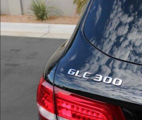 今天GE台北車庫要介紹就是最近超熱門休旅車16年 賓士GLC300台灣接單引進價格245萬(限時七天)!!(外匯車 美規)  想了解美國接單的朋友!小編有準備資料給各位朋友喔,美國買車流程請點此參考喔  還有美國運車回台灣過程請點此查看喔  GE台北車庫直接介紹16年 賓士GLC300價格.價錢.配備跟台灣賓士總代理做為比較。  台灣總代理2016年的GLC-Class系列的車款價格如下  賓士GLC220d 4MATIC價格NT235萬起.賓士GLC250 4MATIC價格NT246萬起.賓士GLC250 4MATIC AMG Line價格NT266萬起。GE台北車庫美國接單引進的(外匯車美規)賓士GLC300是台灣總代理沒有引進的車款喔!  相對的GE台北車庫接單引進的賓士GLC300價格245萬遠遠比台灣總代理的賓士GLC250 4MATIC AMG Line來得便宜喔!!  如果不了解外匯車的朋友!可以參考外匯車絕對不等於風險,認識美國買車請點此喔  16年 賓士GLC300規格.性能.配備.價錢介紹(小編提醒一點外匯車美規有分16年 賓士GLC300有後輪驅動和四輪驅動喔,今天小編介紹的16年 賓士GLC300是後輪驅動喔)  房車化越野外型