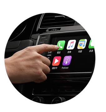 今天GE台北車庫要來跟大家知識分享那就是APPLE推出的carplay系統,改變各位朋友對車用電腦的看法!!  Apple正式公開將與眾多知名汽車廠商進行合作,並推出汽車搭載CarPlay系統。讓大家對車用電腦整個改觀,變得更人性化了。  首先小編要介紹的就是Carplay的小小觀念  第一點 CarPlay 並不是把 iOS 安裝到汽車裡,成為一個汽車操作系統。它只是把 iPhone 中的功能映射到汽車中控台上而已喔!千萬要切記!  第二點 法拉利、賓士和 Volvo 等 CarPlay 合作夥伴,他們支持 CarPlay 功能的汽車,必然還有一套自己的車載訊息系統。畢竟不是每個人都用 iPhone 5。CarPlay 只是一個輔助功能,類似當年車內的 iPod 接口,可以用車載音響播放 iPod 音樂。  再來就是  一言、 一觸、 一旋, 一瞬掌控。