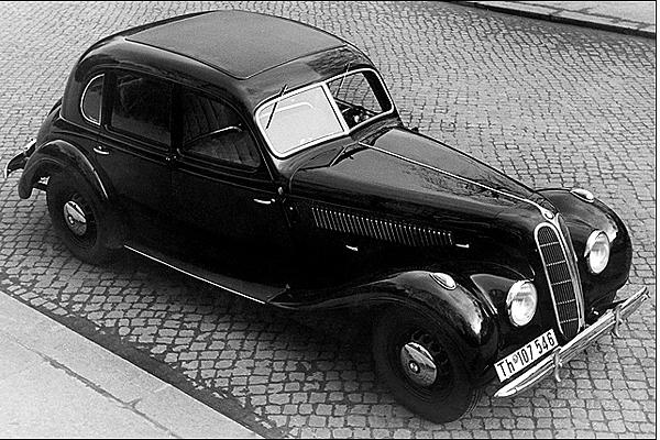 今天GE台北車庫要介紹是BMW 7 Series車系的歷史沿革(小小的知識分享) BMW 7 Series車系現在已成為BMW豪華旗艦房車代表的車款,BMW 7 Series車系自1977年誕生開始至今以繁衍出5個世代,也因為是品牌下的旗艦車款,所以7 Series在世代更迭時,往往成為指標性產品,可以從當代最新世代的 7 Series上,都可以看見BMW最新的外觀設計概念、動力系統以及科技配備等等。 BMW一開始創廠時本來就不是創立舒適型的大車!橫跨大車領域可以歷史淵源最早可追溯回1938年,BMW於倫敦車展上展出名為335的車款,才揭開品牌打造大型豪華車款的新時代,然而,BMW的理念並不是全然追求舒適,同時也堅持性能表現,因此原廠將這類房車歸類為Luxury Performance Saloons-豪華性能房車。所以當時的335不僅有典雅的外型,也俱備了一具新的3.5升直列6缸引擎。即便當時正值大戰期間,335也才一共僅生產415輛,但是當時舒適度大受民眾肯定。 時間到了1960年代,BMW 7系列的車款都尚未正式發表,直到了1973年起,為了追求更大的車室空間,BMW開始提供長軸版本車型。Large Model Series直到1977年被首代7 Series取代之前,全球已售出約莫20萬輛。