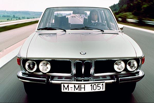 1968年原廠將排氣量不等之直列6缸引擎,搭載於2種代號分別為E3與E9的底盤之上,而底盤代號E3之車款即可說是7 Series的前身,而E9則是當家雙門轎跑6 Series的前身,外觀已可見到首代7-Series的雛形。
