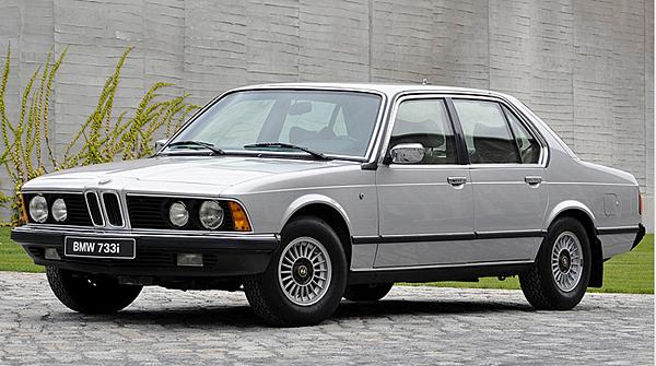 E23 7 Series  1977年,BMW在豪華車領域推出自已的後續車型,後來成為頂級車款系列。第一款BMW 7系列車型。這款轎車延續了BMW始於6系列的雙門轎車的新設計語言,外觀奢華,而採用眾多創新技術。最初客戶可以選擇3種不同的的車型,分別配備2.8升(170匹馬力),3.0升(184匹馬力),3.2升(197匹馬力)的引擎。