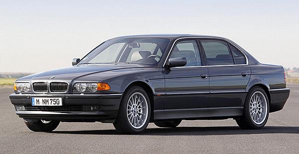 E38 7 Series  第三代機動性和舒適性設立新的標準  1994年推出第三代BMW 7系列車型,樹立了操作性靈活的頂級汽車典範。