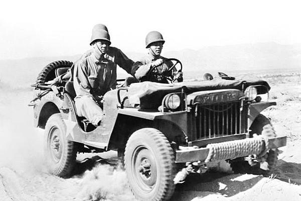 但是美軍當時提出一個不可能會成功任務,因為當時背景是第二次世界大戰,又加上各國財政又沒有很好。  1940年7月第二次世界大戰戰況越來越激烈,美國軍方向135家汽車製造商發出招標公告,製造一台輕型軍方用的吉普車以方便作戰。  美軍當時提出超低的價格和不可能的數量要求申請廠商。美軍當時要求汽車製造商必須在49天內完成設計並交出70輛軍車,但是總價格不能超過17.5美元.......這根本就是不可能的任務(小編是這樣覺得啦)  由於招標的價格真的太低了,一百多家汽車製造商都退出這場招標!最後只有班塔姆(Bantam)、威利斯(Willys-Overland)、福特(Ford)三家汽車公司在競標。  班塔姆(Bantam)應該很多朋友不知道的來歷吧!GE台北車庫介紹給各位朋友!  其實班塔姆(Bantam)的前身就是美國奧斯丁汽車公司!各位朋友應該都知道奧斯丁汽車是英國汽車公司,但是它在美國開設獨立工廠,所以叫美國奧斯丁汽車公司。